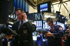 Unos operadores en la bolsa de Wall Street en Nueva York, oct 14 2014. Las acciones de Estados Unidos subían con fuerza el martes, en un repunte luego de la peor caída de tres días del índice S&P 500 desde noviembre del 2011, en la medida en que inversores optimistas proyectaban que una sólida temporada de resultados corporativos aliviará las preocupaciones sobre el crecimiento. REUTERS/Eduardo Munoz