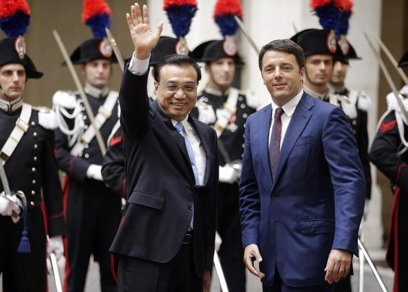 Italian Prime Minister Matteo Renzi (R) stands next to China's Premier Li Keqiang as they arrives for a meeting at Chigi Palace in Rome, October 14 ,2014.    REUTERS/Max Rossi