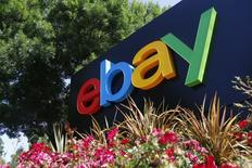 Le titre eBay perdait plus de 3% mercredi en après-Bourse après l'annonce par le géant américain du commerce en ligne d'une révision à la baisse de sa prévision de chiffre d'affaires. EBay prévoit désormais un chiffre d'affaires 2014 compris entre 17,85 et 17,95 milliards de dollars contre une précédente fourchette de 18-18,3 milliards. /Photo prise le 28 mai 2014/REUTERS/Beck Diefenbach