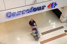 Carrefour a ralenti la cadence au troisième trimestre tout en affichant une résistance en France, où le groupe a vu ses ventes se stabiliser malgré un contexte très défavorable, marqué par de mauvaises conditions météo. /Photo d'archives/REUTERS/Charles Platiau