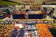 Un grupo de clientes en la sección frutas y vegetales de un supermercado de la cadena Carrefour en Bruselas, sep 4 2014. Carrefour, la segunda mayor cadena minorista del mundo, dijo el jueves que el crecimiento de sus ventas se desaceleró en el tercer trimestre debido al desempeño de sus negocios en países europeos golpeados por las medidas de austeridad como España e Italia, aunque su mercado base, Francia, se mostró fuerte.     REUTERS/Eric Vidal
