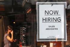 Un anuncio de empleo en una tienda de la cadena Urban Outfitters en Boston, sep 5 2014. El número de estadounidenses que presentó nuevas solicitudes de subsidios por desempleo cayó a su menor nivel en 14 años la semana pasada, mientras que la producción industrial subió con fuerza en septiembre, en señales positivas que podrían ayudar a reducir los recientes temores sobre el panorama económico.    REUTERS/Brian Snyder