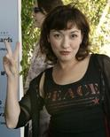 Actress Elizabeth Pena gives the peace sign to photographers upon her arrival to the 2003 IFP Independent Spirit Awards in Santa Monica, California, March 22, 2003. REUTERS/Brian Snyder
