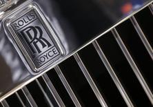 Un logo de Rolls Royce en uno de sus automóviles durante una exhibición en París. Imagen de archivo, 3 octubre, 2014. La firma británica Rolls-Royce advirtió el viernes que sus ganancias no crecerán el próximo año, como había previsto anteriormente, debido a que las condiciones económicas se han deteriorado y los clientes están retrasando decisiones. REUTERS/Jacky Naegelen