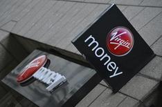 Virgin Money, la banque britannique fondée et en partie détenue par l'homme d'affaires Richard Branson, a décidé de reporter son introduction à la Bourse de Londres dans l'attente de conditions de marché plus favorables. /Photo d'archives/REUTERS/Toby Melville