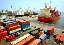 Imagen de archivo de una serie de barcos cargueros en el puerto peruano de Callao, mar 15 2005. El Banco Central de Perú recortó fuertemente su estimación para el crecimiento económico de 2014 y proyectó un mayor déficit comercial, en medio de un débil desempeño de los sectores clave de minería y manufactura, dijo el viernes el organismo. REUTERS/Piar Olivares