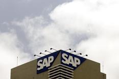 L'éditeur de logiciels SAP réduit sa prévision de bénéfice d'exploitation pour l'ensemble de l'exercice 2014 du fait de la tendance croissante des entreprises à s'équiper en logiciels sur internet plutôt qu'en achetant des produits physiques, ce qui repousse l'enregistrement des facturations. /Photo d'archives/REUTERS/Punit Paranjpe