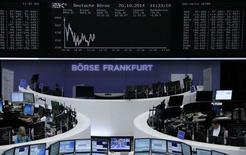 A l'exception de Milan, les Bourses européennes étaient orientées à la baisse lundi à la mi-séance. À Paris, le CAC 40 perd 0,92% à 3.996,06 points vers 10h25 GMT. À Francfort, le Dax cède 1,19% et à Londres, le FTSE recule de 0,93%. /Photo prise le 20 octobre 2014/REUTERS