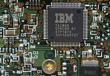 Процессор IBM в Киеве 5 марта 2012 года. IBM Corp заявила в понедельник, что избавится от убыточного производства полупроводников и передаст его Globalfoundries Inc, за что заплатит $1,5 миллиарда. REUTERS/Gleb Garanich