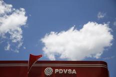 El logo de PDVSA visto en una estación gasolinera en Caracas. Imagen de arxchivo, 29 agosto, 2014. La estatal Petróleos de Venezuela (PDVSA) confirmó un reporte de Reuters de que está importando crudo liviano para diluir el petróleo extra pesado de su Faja Petrolífera Hugo Chávez, el mayor reservorio del mundo. REUTERS/Carlos Garcia Rawlins