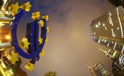 El logo del euro visto en las afueras del Banco Central Europeo en Frankfurt. Imagen de archivo, 2 septiembre, 2013. El Banco Central Europeo está considerando la compra de bonos corporativos en el mercado secundario y podría decidir sobre el asunto tan pronto como en diciembre a fin de empezar las operaciones a principios del año siguiente, dijeron varias fuentes familiarizadas con la situación a Reuters. REUTERS/Kai Pfaffenbach