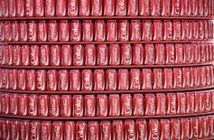 Coca-Cola annonce une baisse de 14% de son bénéfice au troisième trimestre et l'élargissement de ses mesures de réduction des coûts. /Photo d'archives/REUTERS/Dylan Martinez
