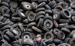 Работник центра утилизации в подмосковных Люберцах 16 июня 2010 года. Российские власти готовы продлить на 2015 год финансируемую из бюджета РФ программу утилизации автомобилей. REUTERS/Sergei Karpukhin