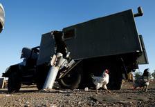 Украинский военный грузовик, поврежденный неразорвавшейся ракетой у деревни Дмитровка на востоке Украины 19 сентября 2014 года. REUTERS/David Mdzinarishvili