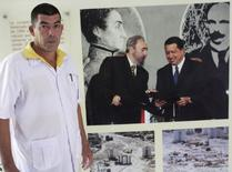 Médico cubano Adrian Benitez antes de viagem para a Libéria para ajudar a combater o Ebola.  REUTERS/Enrique De La Osa