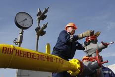 Рабочий на газохранилище в Львовской области 30 сентября 2014 года. Россия и Украина не сумели во вторник достигнуть соглашения о поставках газа в наступающий зимний период на трехсторонних переговорах с участием ЕС, но договорились вновь встретиться в Брюсселе через неделю, чтобы снять все вопросы касательно оплаты Киевом российского топлива. REUTERS/Valentyn Ogirenko