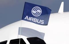 Airbus Group est une des valeurs à suivre mercredi à la Bourse de Paris, l'avionneur européen ayant annoncé  qu'il allait proposer à sa clientèle une version long-courrier de son A321neo destinée à remplacer le 757 de Boeing, un monocouloir qui n'est plus construit. /Photo prise le 25 septembre 2014/REUTERS/Régis Duvignau