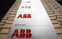 Le groupe d'ingénierie suisse ABB a annoncé mercredi une hausse plus forte que prévu de ses commandes au troisième trimestre, grâce à ses produits pour l'industrie des hydrocarbures, tout en faisant état d'incertitudes croissantes pour les perspectives de l'économie mondiale. /Photo d'archives/REUTERS/Arnd Wiegmann