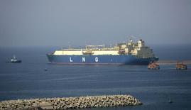 СПГ-танкер покидает порт в Йемене 7 ноября 2009 года. Литва сможет обойтись без российского газа после начала работы терминала для импорта сжиженного природного газа (СПГ), сказала президент Литвы Далия Грибаускайте. REUTERS/Khaled Abdullah