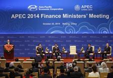 """El viceprimer ministro chino,  Zhang Gaoli, entrega un discurso en la ceremonia inaugural del foro de la APEC en Beijing, 22 octubre, 2014. Los países participantes en una cumbre de Asia-Pacífico en Pekín prometieron buscar políticas fiscales """"flexibles"""" para impulsar la economía mundial y la creación de empleos, dijeron sus ministros de Finanzas en un documento conjunto el miércoles.  REUTERS/Kim Kyung-Hoon"""