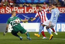 Koke chuta para marcar gol do Atlético de Madri sobre o Malmo.  REUTERS/Juan Medina
