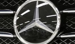 Le bénéfice d'exploitation de Daimler a augmenté de 67% au troisième trimestre grâce en partie au lancement de nouveaux modèles Mercedes-Benz, qui a permis de dépasser une tendance au ralentissement de la demande de voitures de tourisme. /Photo d'archives/REUTERS/Christian Hartmann