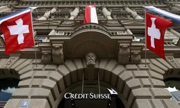 Штаб-квартира банка Credit Suisse в Цюрихе 31 июля 2014 года. Прибыль Credit Suisse в третьем квартале 2014 года оказалась выше ожиданий благодаря результатам инвестиционного банка, которые улучшились за счет роста доходов от торговли облигациями и гонораров от выхода на биржу китайской Alibaba. REUTERS/Arnd Wiegmann