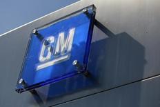 Imagen de archivo de un logo de General Motors en las afueras de una de sus sedes en Detroit. 25 agosto, 2009. La automotriz estadounidense General Motors Co reportó el jueves utilidades mayores a lo esperado en el tercer trimestre, debido a la fuerte demanda de sus mercados en América del Norte y China. REUTERS/Jeff Kowalsky/Files