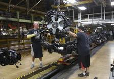 Un grupo de trabajadores en la planta de de automóviles de Chrysler en Warren, EEUU, sep 25 2014. Un indicador de actividad económica futura en Estados Unidos repuntó en septiembre y apunta a un sólido crecimiento para lo que resta del año.   REUTERS/Rebecca Cook