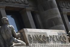 El logo del Banco de México visto en la entrada principal de su edificio en Ciudad de México. Imagen de archivo, 27 agosto, 2014. La inflación a tasa anual de México se aceleró en la primera mitad de octubre a un 4.32 por ciento, su mayor nivel en nueve meses y muy por encima del objetivo del banco central, aunque se espera que el repunte sea temporal y no tenga impacto en las tasas de interés.  REUTERS/Edgard Garrido