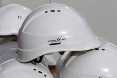 Vinci a confirmé jeudi ses objectifs pour 2014 après un troisième trimestre marqué par une nouvelle baisse de l'activité dans le contracting cependant atténuée par la bonne tenue de l'activité dans les concessions. /Photo d'archives/REUTERS/Eric Gaillard
