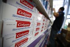 Colgate-Palmolive a publié vendredi un bénéfice en baisse de 17% au troisième trimestre et a abaissé sa prévision de bénéfice annuel en raison d'une demande affaiblie en Chine et au Brésil et d'un dollar fort. /Photo d'archives/ REUTERS/Jorge Silva