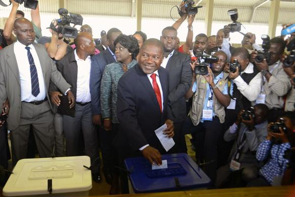 Frelimo presidential candidate Filipe Nyusi casts his ballot in the general election at a secondary school in Maputo October 15, 2014. REUTERS/Grant Lee Neuenburg