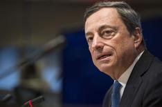 """El presidente del Banco Central Europeo, Mario Draghi, en una rueda de prensa en Washington, oct 11 2014. El presidente del Banco Central Europeo, Mario Draghi, instó a los líderes de la zona euro durante una cumbre el viernes a emprender un esfuerzo conjunto, combinando reformas estructurales, inversiones, disciplinas presupuestarias y estimular la demanda, para evitar """"una recaída en recesión"""".      REUTERS/Joshua Roberts"""