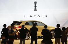 Le directeur général de Ford, Mark Fields, serait prêt à investir plusieurs milliards de dollars dans la relance de la marque Lincoln, en déshérence depuis une vingtaine d'années. Le constructeur américain, propriétaire de Lincoln depuis 1922, prévoit des investissements importants dans la mise au point d'une nouvelle plate-forme qui pourrait servir de base à plusieurs futurs modèles, a-t-on appris de plusieurs sources. /Photo prise le 20 avril 2014/REUTERS/Jason Lee