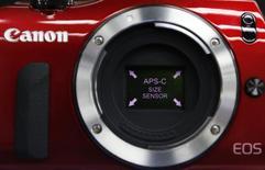 Canon fait état d'un résultat opérationnel en baisse de 21% sur la période de juin à septembre, l'impact positif de recul du yen ne permettant pas de compenser le ralentissement de la demande pour ses appareils photo numériques. /Photo d'archives/REUTERS/Issei Kato