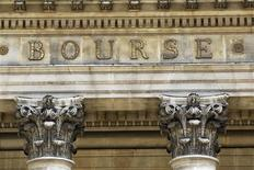 Les principales Bourses européennes ont ouvert en nette hausse au lendemain des résultats des tests bancaires menés par la Banque centrale européenne (BCE) et l'Autorité bancaire européenne, qui concluent à des besoins de recapitalisation relativement limités. Après une vingtaine de minutes d'échanges, le CAC 40 gagnait 0,54%, le Dax s'adjugeait 0,67% et le FTSE prenait 0,51%. /Photo d'archives/REUTERS/Charles Platiau