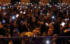 Участники акции протеста против нового налога на интернет-трафик в Будапеште 26 октября 2014 года. Тысячи венгров вышли на улицы с протестами против плана правительства Виктора Орбана обложить налогом интернет-трафик и видят в этом не только рост налогового бремени, но и ущемление фундаментальных демократических прав и свобод. REUTERS/Laszlo Balogh
