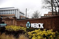 El logo de Merck & Co en sus oficinas en Linden, Nueva Jersey. Imagen de archivo, 09 marzo, 2009. El gigante farmacéutico Merck & Co informó el lunes de ingresos menores a lo esperado en el tercer trimestre, afectado por la fuerte disminución de las ventas de la vacuna Gardasil contra el cáncer cérvico-uterino, aunque los recortes de costes le permitieron a la empresa superar las expectativas de ganancias. REUTERS/Jeff Zelevansky