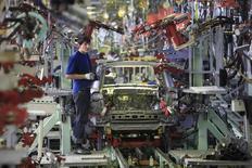 Рабочий в цеху завода Derways в Черкесске 7 сентября 2011 года. Российская экономика выросла в сентябре 2014 года на 1,1 процента к аналогичному периоду предыдущего года, в то время как за девять месяцев рост ВВП составил 0,8 процента, сказал журналистам замминистра экономики Алексей Ведев. REUTERS/Eduard Korniyenko