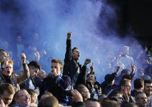 """Болельщики """"Челси"""" празднуют гол своей команды в матче чемпионата Англии против """"Манчестер Сити"""" в Манчестере 21 сентября 2014 года. REUTERS/Suzanne Plunkett"""
