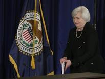 La presidenta de la Reserva Federal de EEUU, Janet Yellen, llega a una conferencia de prensa en Washington. Imagen de archivo, 17 septiembre, 2014.  La Reserva Federal de Estados Unidos posiblemente reforzará esta semana su disposición a esperar por un tiempo considerable antes de empezar a elevar sus tasas de interés, luego de un mes volátil en los mercados financieros que provocó una baja preocupante en las expectativas de inflación. REUTERS/Gary Cameron