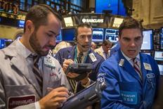 Трейдеры на фондовой бирже в Нью-Йорке 27 октября 2014 года. Американские фондовые рынки завершили торги понедельника почти без изменений, сделав паузу после того, как S&P 500 показал максимальный недельный рост с января 2013 года, а энергетические акции снизились из-за нового сокращения цен на нефть. REUTERS/Lucas Jackson