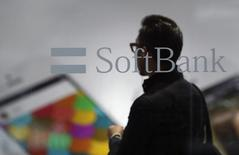 Le géant japonais des télécommunications et d'internet SoftBank a l'intention d'investir 10 milliards de dollars (7,9 milliards d'euros) sur dix ans dans le commerce électronique en Inde, déjà concrétisé par un investissement stratégique dans Snapdeal, l'une des étoiles montantes du secteur. /Photo d'archives/REUTERS/Yuya Shino