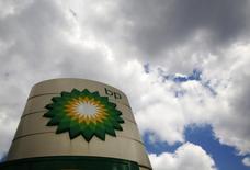 АЗС BP в Лондоне 29 июля 2014 года. Результаты BP в третьем квартале пострадали из-за снижения цен на нефть и резкого спада доходов из России в связи с западными санкциями против Москвы. REUTERS/Luke MacGregor