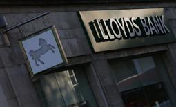 El logo de Lloyds en una de sus sedes en el centro de Londres, 28 octubre, 2014. Lloyds Banking Group anunció el martes que sufrió un nuevo cargo por 900 millones de libras esterlinas (1.450 millones de dólares) para compensar a sus clientes por ventas indebidas de seguros de crédito y dio a conocer planes para recortar 9.000 puestos de trabajo y unas 150 sucursales para reducir costes. REUTERS/Andrew Winning