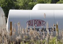 Логотип Dupontна цистерне у завода компании под Вилмингтоном 17 апреля 2012 года. Прибыль DuPont в третьем квартале оказалась чуть выше ожиданий рынка, поскольку меры по снижению расходов помогли повысить операциюнную рентабельность в пяти из семи подразделений компании. REUTERS/Tim Shaffer