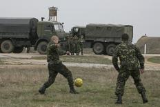 Russian soldiers watch Ukrainian servicemen play soccer at Belbek airport in the Crimea region March 4, 2014. REUTERS/Baz Ratner