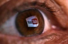 Una fotografía muestra el logo de YouTube reflejado en el ojo de una persona en el pueblo de Zenica, Bosnia. Imagen de archivo, 18 junio, 2014.  Youtube, el popular servicio de videos de Google Inc, planea ofrecer una versión pagada libre de publicidad, dijo el encargado del sitio. REUTERS/Dado Ruvic