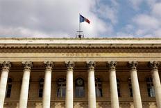 La Bourse de Paris évolue dans le vert à la mi-journée. Vers 13h15, le CAC 40 avance de 0,24%, poursuivant son modeste rebond, freiné par Sanofi pour la deuxième séance consécutive et dans l'attente de l'issue de la réunion du comité de politique monétaire de la Fed. /Photo d'archives/REUTERS/Charles Platiau
